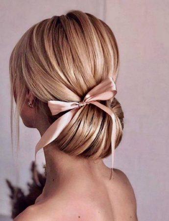 In questo scatto un elegante raccolto con tanto di fiocco rosa realizzato da Modhair