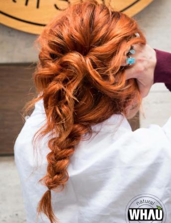 In questa foto un'acconciatura da sposa con treccia