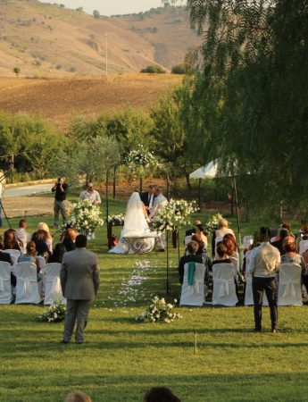 Un matrimonio celebrato all'aperto nel giardino di Colle San Mauro