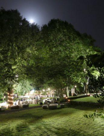 Un ricevimento nuziale di sera nel giardino di Case Perrotta