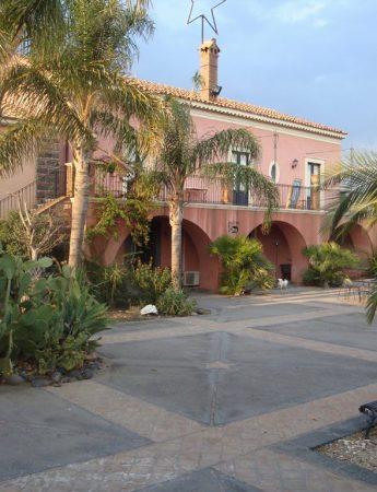 In questa foto l'esterno di Masseria Portiere Stella