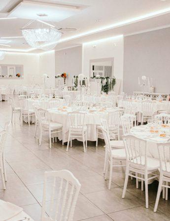 In questa foto la sala moderna in stile total white