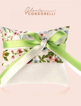 In questa foto una sacchettino per confetti confezionato artigianalmente da Gloria Condorelli, negozio bomboniere Catania