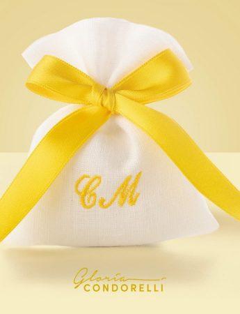 Toni del giallo e iniziali degli sposi per questo sacchetto per confetti realizzato da Gloria Condorelli