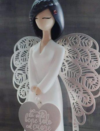 In questo scatto una romantica statua raffigura un angelo
