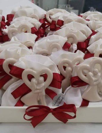 In questa immagine toni del rosso per arricchire questa bomboniera confezionata per delle nozze da Lo Scrigno dei Ricordi