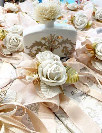 In questa foto delle bomboniere dai toni del rosa cipria realizzate da Luxury di Ersilia Famà