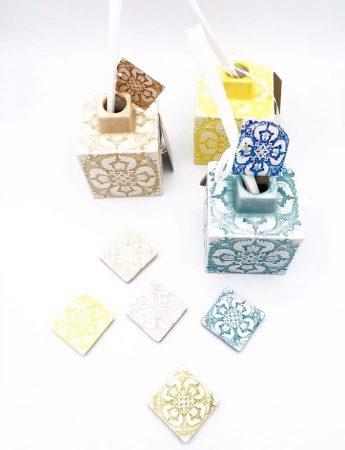 In questa foto particolari diffusori di fragranza a tema maioliche disponibili da Luxury, negozio bomboniere Catania