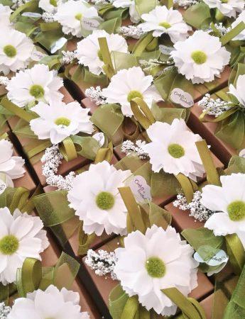 In questa foto sono ritratte delle simpatiche confezioni di confetti con decoro floreale in tessuto
