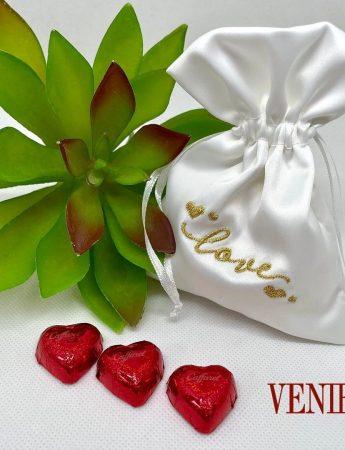 Tessuto lucido e un elegante ricamo dorato per la confezioni di confetti disponibile presso il Confettificio Veniero