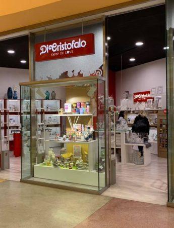 In questa immagine, la vetrina del punto vendita Di Cristofalo al centro commerciale Conca d'Oro