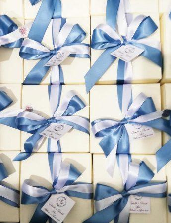 In questa immagine sono ritratte bomboniere dai toni dell'azzurro realizzate da Le Chicche di Galati Catering