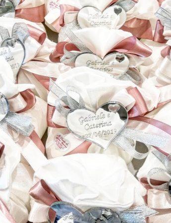 In questa fotografia sono ritratti saccoccini di confetti personalizzati realizzati da Le Chicche di Galati Catering