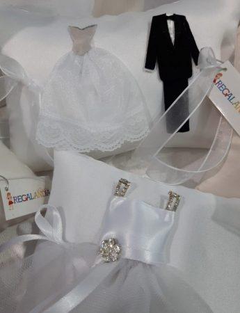In questa immagine un simpatico esempio di sacconcino con confetti a tema nozze realizzati da Regalandia By La Golosina