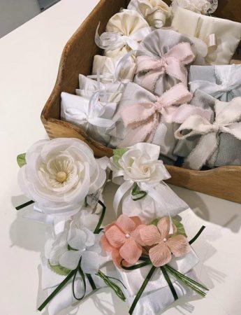 Fiori delicati che riprendono varie sfumature di rosa e verde eucalipto per queste bomboniere firmate da Rita Mineo