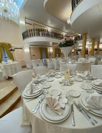 In questa immagine una elegante mise en place in totale white al Castello Astoria Park