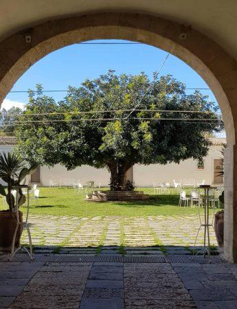 In questa foto un angolo pittoresco di castello Camemi
