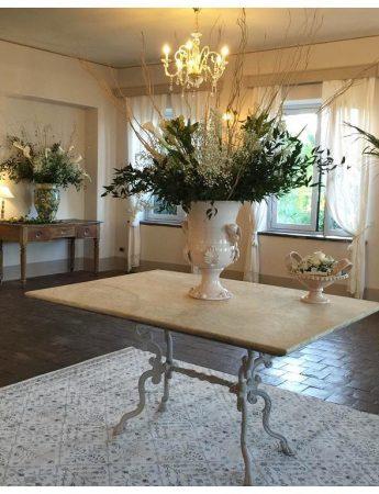 In questo scatto un'elegante sala con gli arredi total white di Casa del Grecale