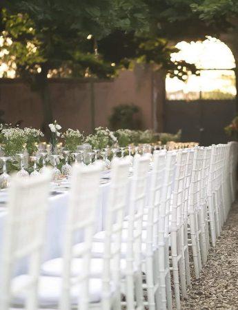 In questa foto un elegante tavolo imperiale total white da Maniero Ricevimenti