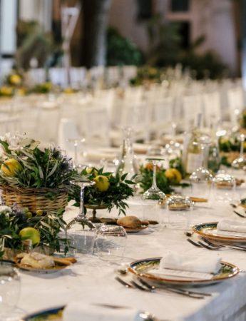 In questa foto un tavolo imperiale con a centrotavola i limoni siciliani