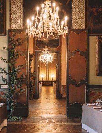 In questa foto una parte del salone che ospita i matrimoni con il prezioso lampadario