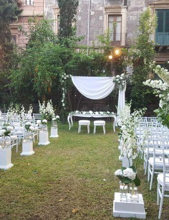 In questa foto un allestimento di un matrimonio all'aperto nel giardino di Palazzo Manganelli