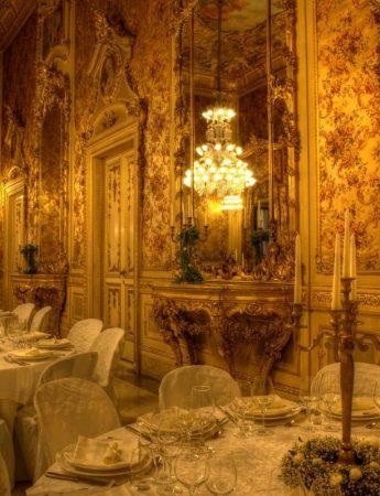 In questa foto un ricevimento in un elegante sala a palazzo Manganelli