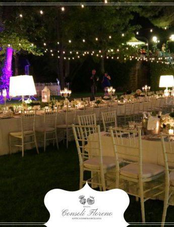 In questa foto un allestimento per un ricevimento di nozze all'esterno della Tenuta Consoli Floreno