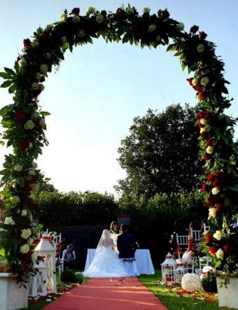 In questa immagine un allestimento per cerimonia nel giardino di Villa Casale Bongiardo