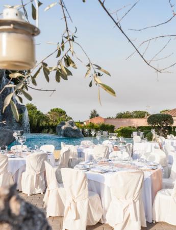 In questa foto un ricevimento di nozze organizzato a bordo piscina a Villa Casale Bongiardo