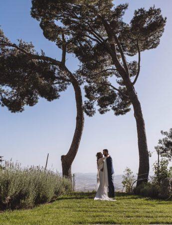 Foto di sposi in uno scenario naturale