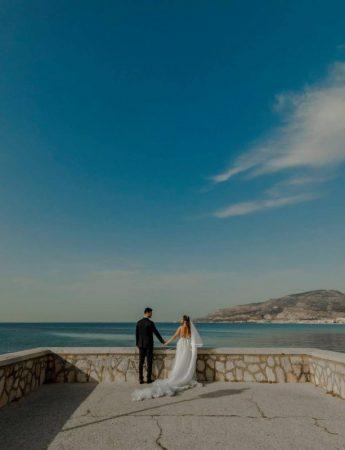 Una coppia di sposi in una terrazza sul mare
