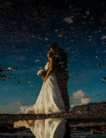Sposi in riva al mare, con uno spettacolare effetto a specchio