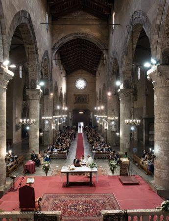 Foto della navata di una chiesa durante una cerimonia nuziale