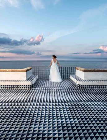 Sposa fotografata in una terrazza sul mare