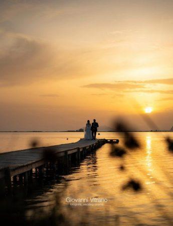 Foto in riva al mare al tramonto, fra giochi di luce e colori