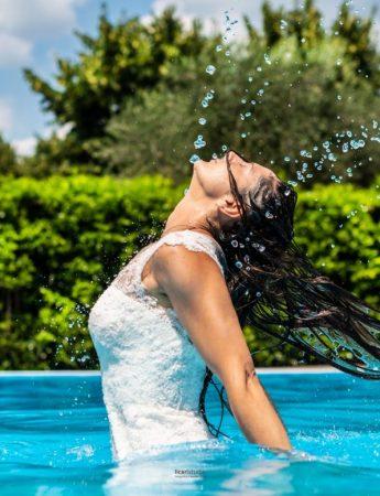 Sposa fotografata in piscina