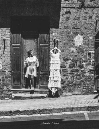 La sposa e il suo abito, foto in bianco e nero