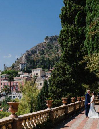 Sposi fotografati con alle spalle lo splendido panorama di Taormina