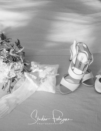 In questa foto scarpe e bouquet della sposa e le scarpine di una damigella