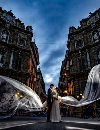 Due sposi fotografati ai Quattro Canti di Palermo