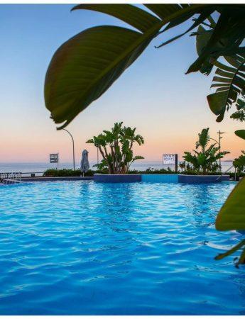 In questa foto la piscina panoramica del Four Points By Sheraton Hotel