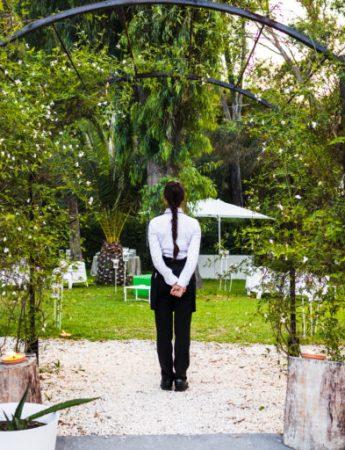 In questa foto un cameriere in attesa degli ospiti a Le Dune Sicily