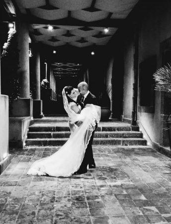 In questa foto una coppia di sposi posa al Relais San Giuliano