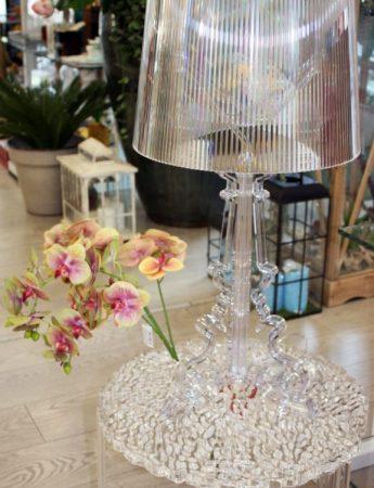 In questa foto un'elegante lampada in vendita da Cristal Flint