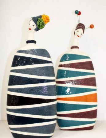 In questa foto dei particolari vasi in stile etnico in vendita da Cristal Flint