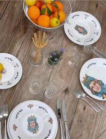 In questa foto un particolare servizio piatti a tema siciliano in vendita da G.Z di Giulio Zannelli