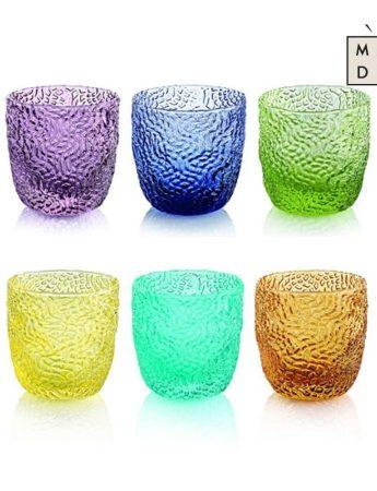 In questa immagine un colorato e allegro servizio di biccheri in vendita da Madi Home Design