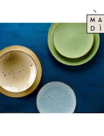 Nella foto un esclusivo set di piatti da portata in vendita da Madi Home Design