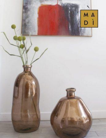In questa immagine un angolo di casa arredato da Madi Home Design con ampi vasi decorativi e un quadro dallo stile contemporaneo